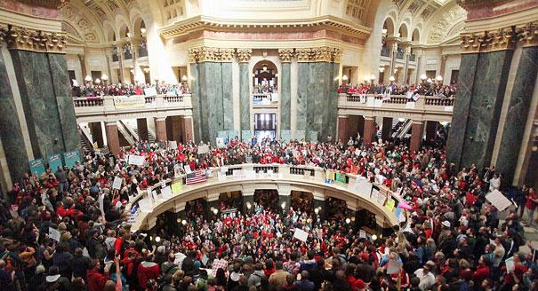 Wisconsin: milhares pedem demissão de governador
