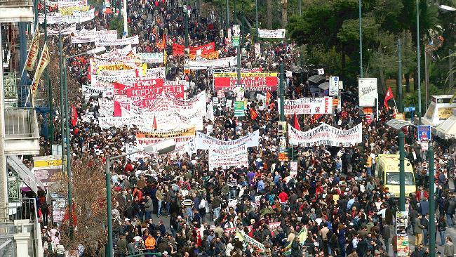 Grécia: Milhares de pessoas concentram-se em Atenas em dia de greve geral