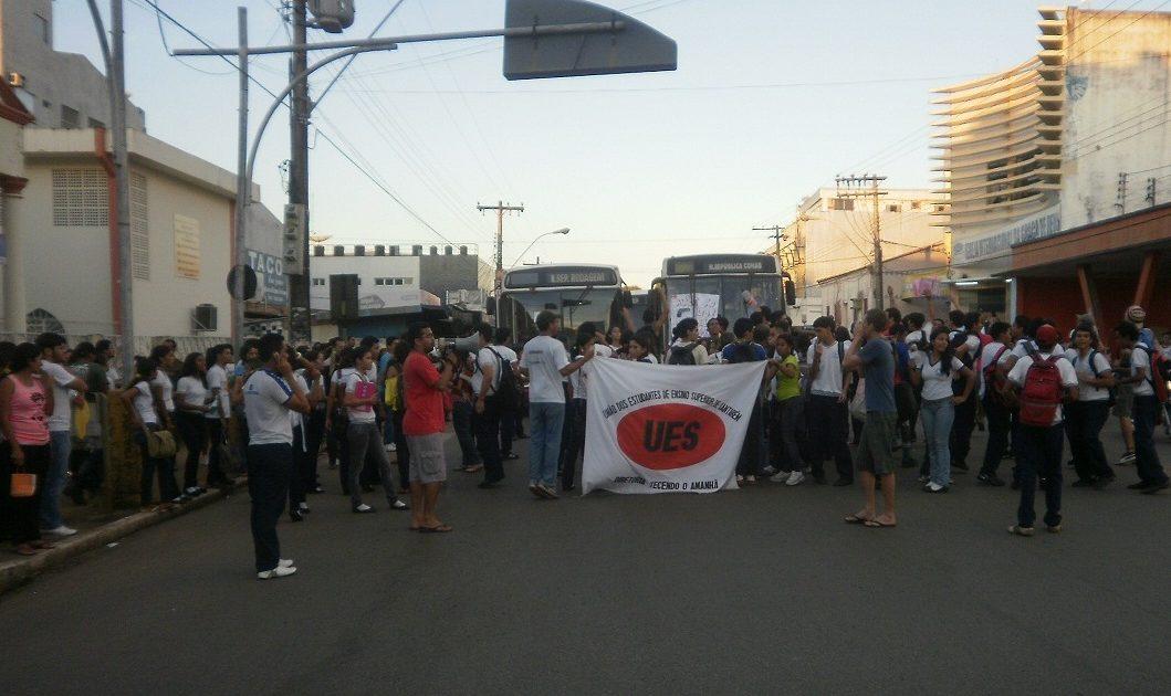Estudantes param as ruas de Santarém contra o aumento da passagem de ônibus.