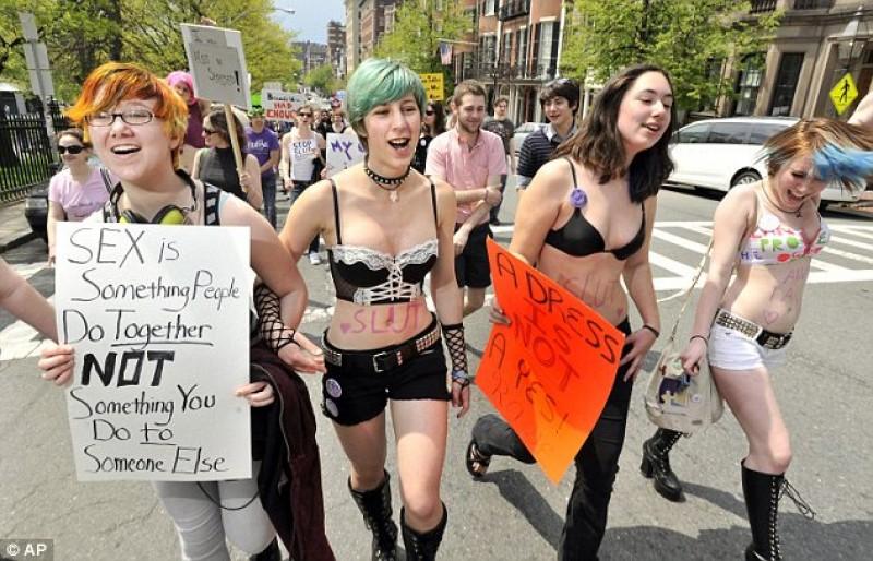 """Marcha das Vadias: """"Não nos digam como nos vestir. Digam aos homens para não estuprarem."""""""