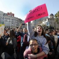 Jovens de Valência tomam a principal praça da cidade por educação de qualidade