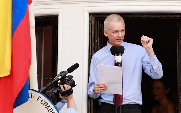 Na véspera do fim do mundo, Assange completa 6 meses na embaixada do Equador