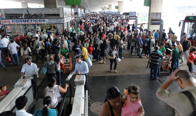 NÃO PASSARÃO: militares expulsam comerciantes da Rodoviária com cassetetes e gás pimenta