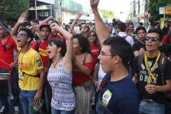 Cid recua e recebe movimento grevista no Ceará