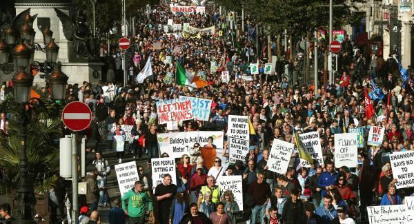 """Milhares de irlandeses protestam contra cobrança da água: """"Água para a vida. Não para o lucro!"""""""