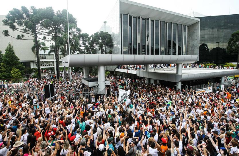 """Contra o """"pacotaço"""" de ajuste, professores e servidores do Paraná dão o exemplo!"""