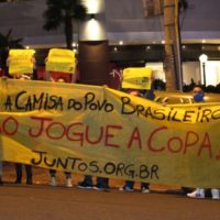 Protesto no hotel da seleção: Vistam a camisa do povo brasileiro!