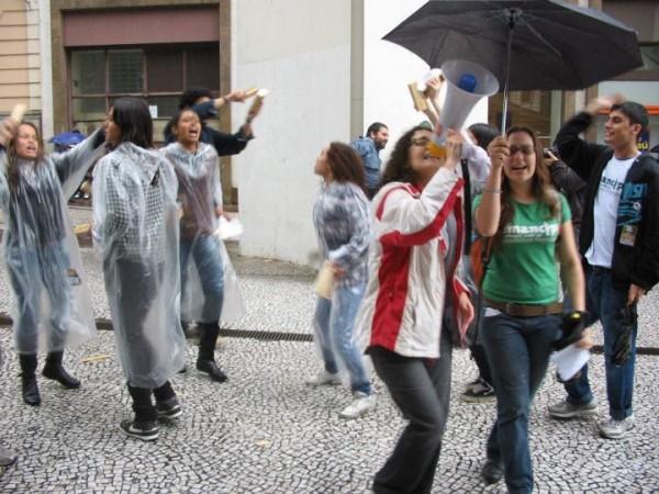 Juventude indignada da Rede Emancipa vence a chuva
