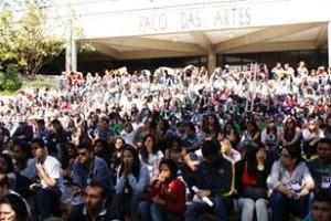 Juventude da Rede Emancipa de Cursinhos Populares ocupando a universidade por mais acesso e contra o PIMESP no V Dia na USP!