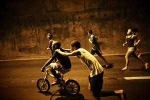 """Meninos que desceram da Rocinha para o Ato """"Onde está o Amarildo?"""" Foto: Mídia Ninja"""