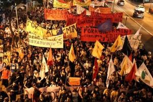 Milhares de estudantes da USP realizam passeata na Avenida Paulista em 09/10