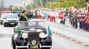 7 de setembro: numa via da Esplanada dos Ministérios, o protesto popular. Do outro, Dilma acena para as Forças Armadas.