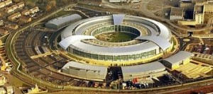 """Sede do GCHQ britânico: agências de cinco países agem """"para controlar, infiltrar, manipular e distorcer as narrativas online. Ao fazê-lo, atentam contra a própria integridade da internet"""", diz Greenwald"""