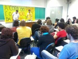 Guilherme Boulos, liderança do MTST, participa de debate com o Juntos na USP, com mais de 100 estudantes.