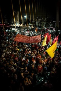 """20 mil trabalhadores sem-teto tomam a Ponte Estaiada de SP na """"Quinta Vermelha"""""""