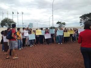 Protesto de estudantes de diversos cursos na PUC Campinas em frente à reitoria, no Campus I.